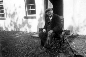 Jeremiah Pentland in front of his cottage in Ballyworkan, Portadown, Armagh County, Northern Ireland